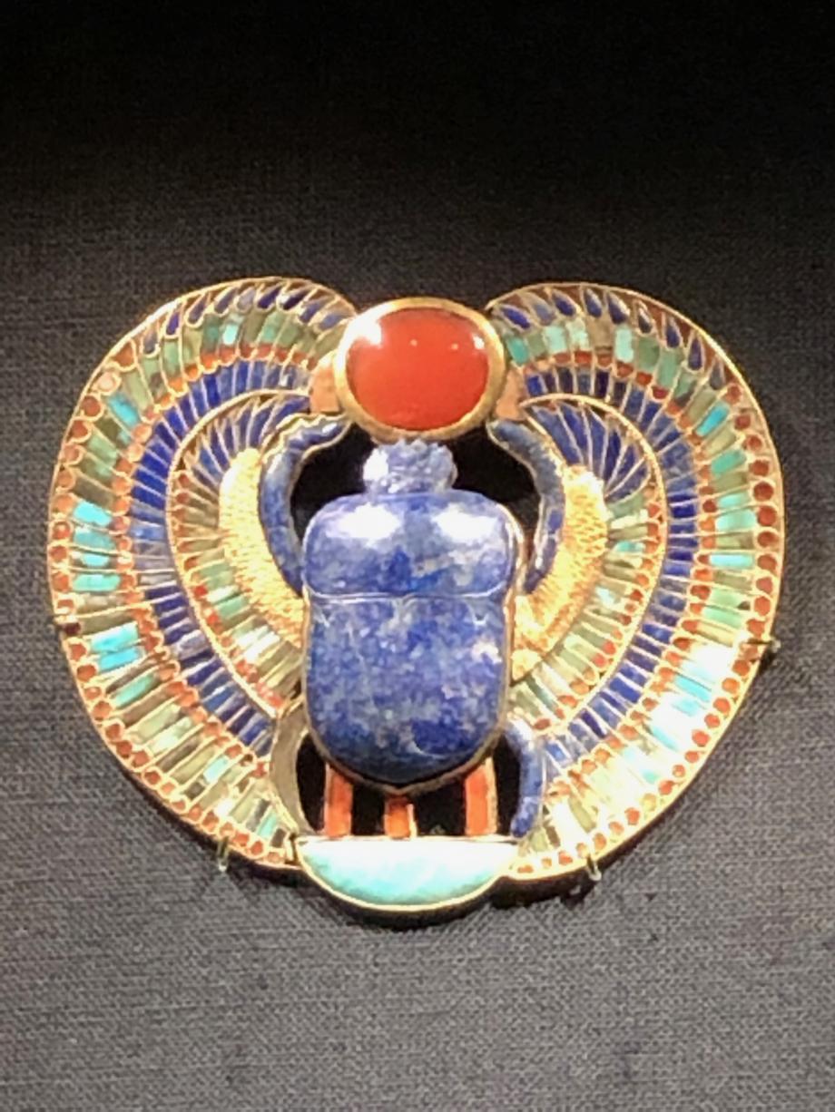 Pectoral incrusté d'or et de pièrres avec scarabée en lapis-lazuli : nom royal de Toutânkhamon