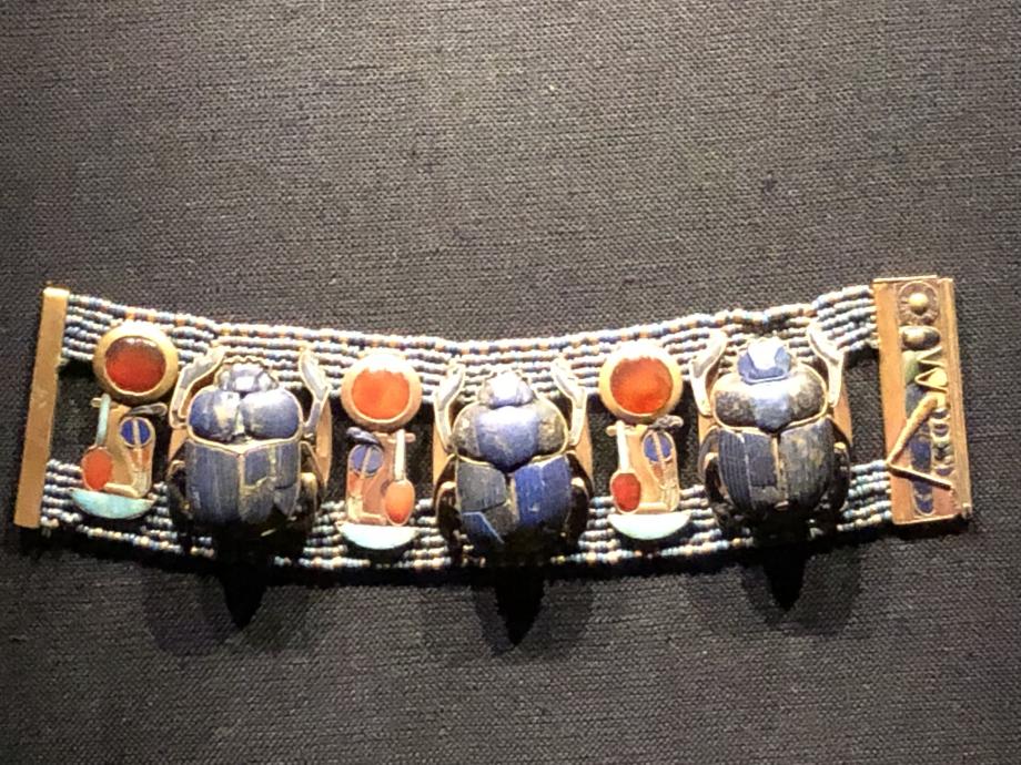 Bracelet portant trois scarabées en lapis-lazuli et les cartouches de Toutânkhamon