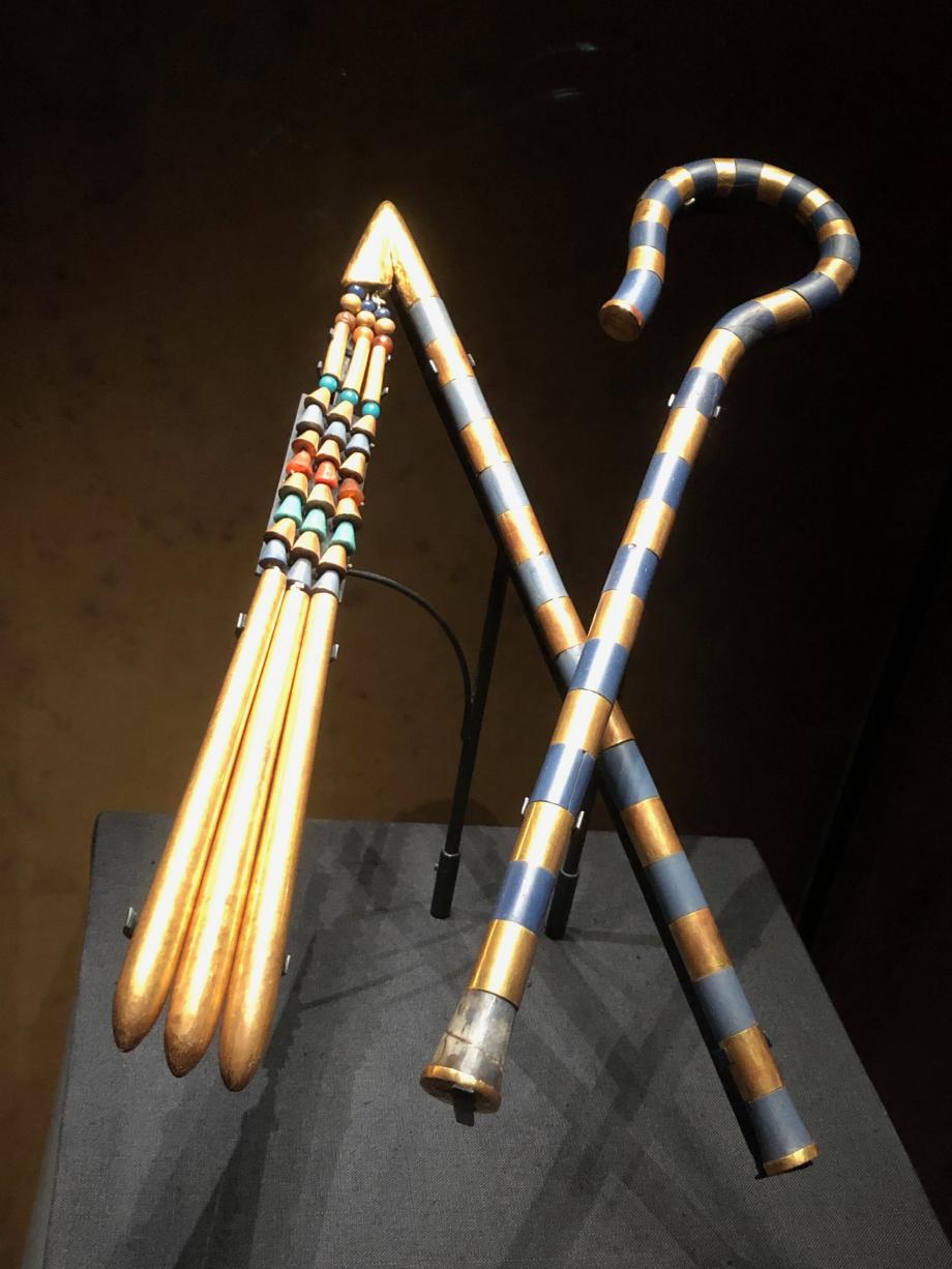 Grand fléau de Toutânkhamon : manche en bronze recouvert d'or et de verre, battoir en bois doré et en cornaline