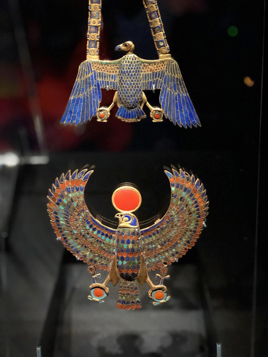 En haut : pectoral incrusté d'or en forme de vautour avec chaîne et contrepoids En bas : pectoral en or en forme de vautour aux ailes déployées avec incrustations de lapis-lazuli, de cornaline et de verre