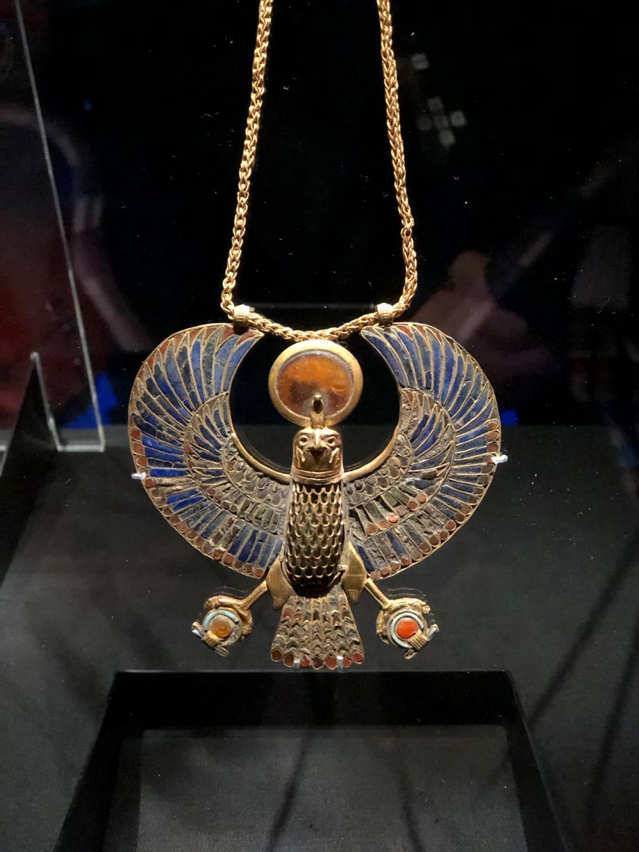 Pectoral incrusté d'or en forme de vautour avec chaîne en or et contrepoids ovale