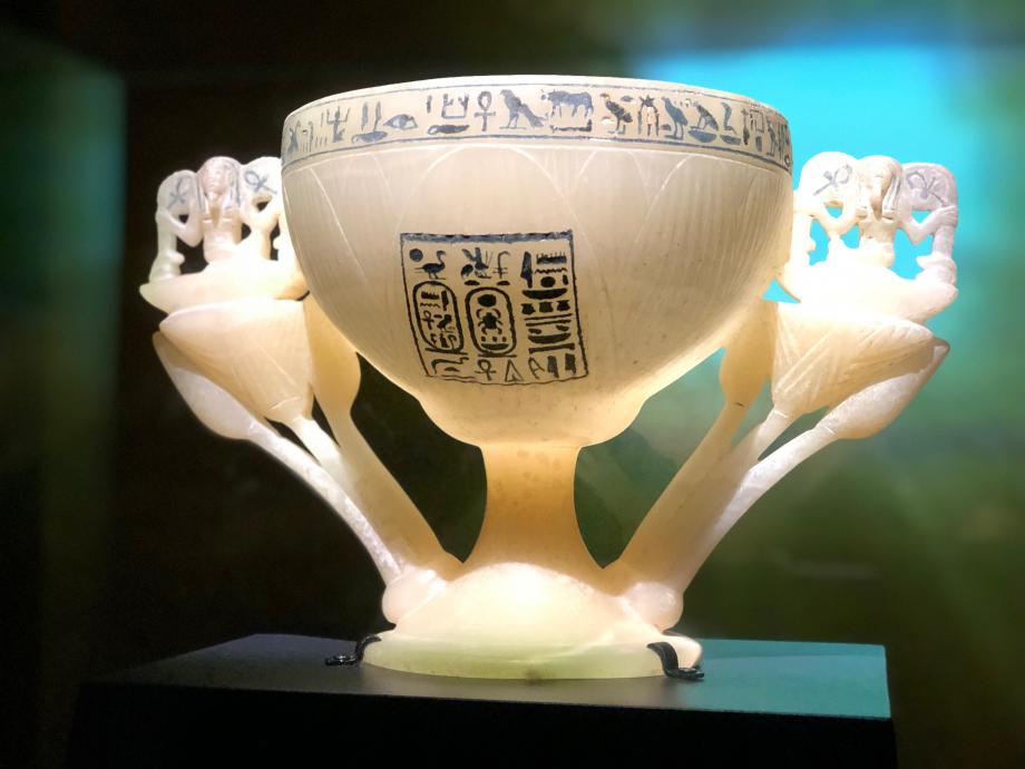 Coupe de Toutânkhamon, en forme de lotus ouvert avec deux boutons de fleur Coupe en forme de lotus avec 2 boutons  prêts à éclore sur les anses Cette coupe est un puissant symbole de renaissance et de vie éternelle
