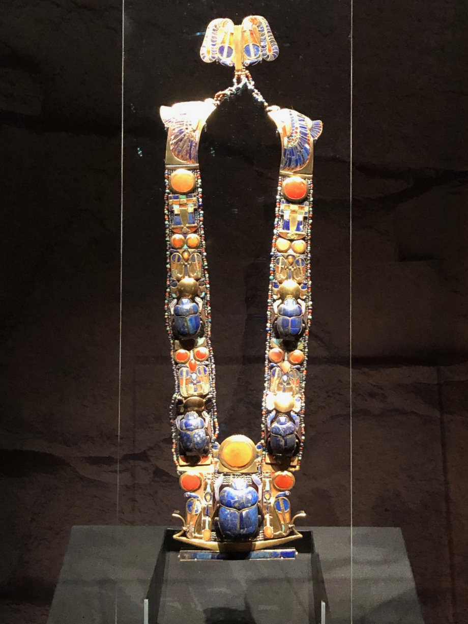 Pectoral, chaîne et contrepoids incrustés d'or avec scarabée en lapis-lazuli flanqué de l'uraeus. C'est ce pectoral que porte Hussein sur la photo