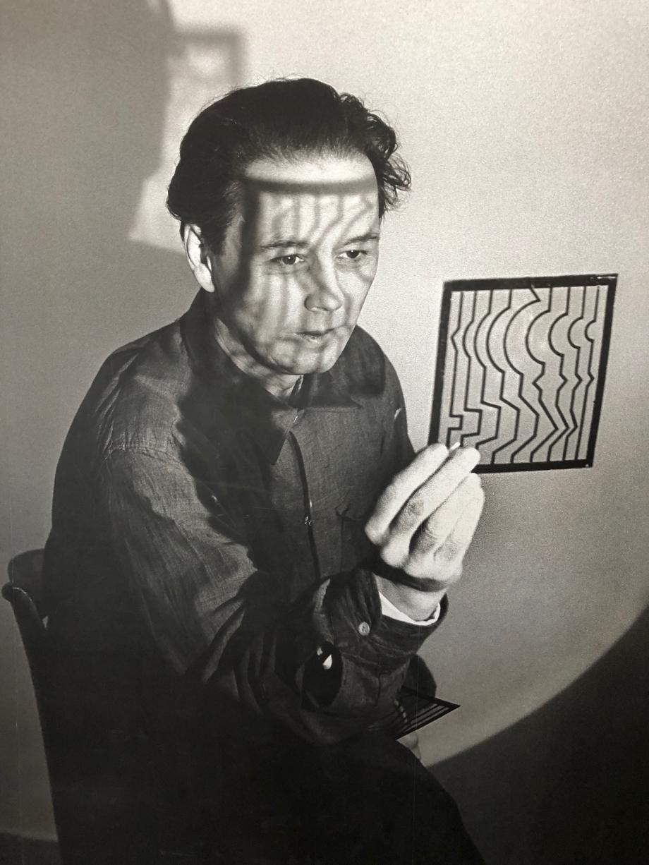 Gy?z? Vásárhelyi, dit Victor Vasarely, né le 9 avril 1906 à Pécs (Autriche-Hongrie) et mort le 15 mars 1997 à Paris, est un plasticien hongrois, naturalisé français en 1961, reconnu comme étant le père de l'art optique.