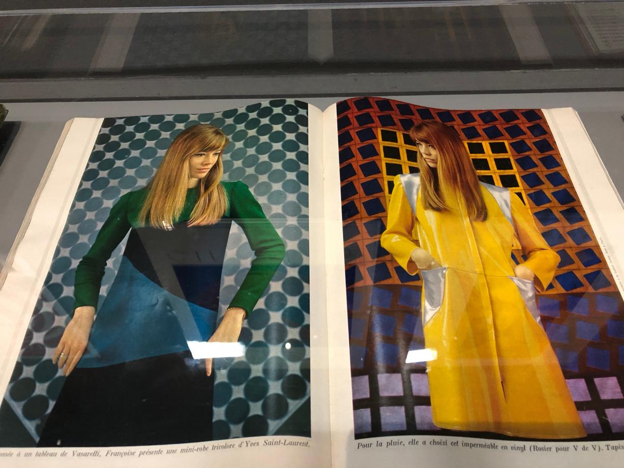 Françoise Hardy posant devant des oeuvres de Vasarely