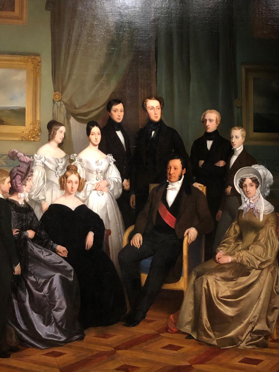 Ecole Française Louis-Philippe Ier et sa famille - vers 1832  Sur ce tableau, Louis-Philippe voulait mettre en avant sa famille. On le voit entouré, à droite, de sa soeur Adélaïde, et à gauche de la Princesse Louise habillée de noir et de la Reine Marie-Amélie. Derrière le Roi se trouve Ferdinand, Duc d'Orléans, héritier du trône ; à ses côtés à droite Louis, Duc de Nemours, et Henri, Duc d'Aumale et à gauche François, Prince de Joinville ; puis les Princesses Marie et Clémentine. Enfin à côté de la Reine le dernier-né, Antoine, Duc de Montpensier  Versailles, musée national des châteaux de Versailles et Trianon