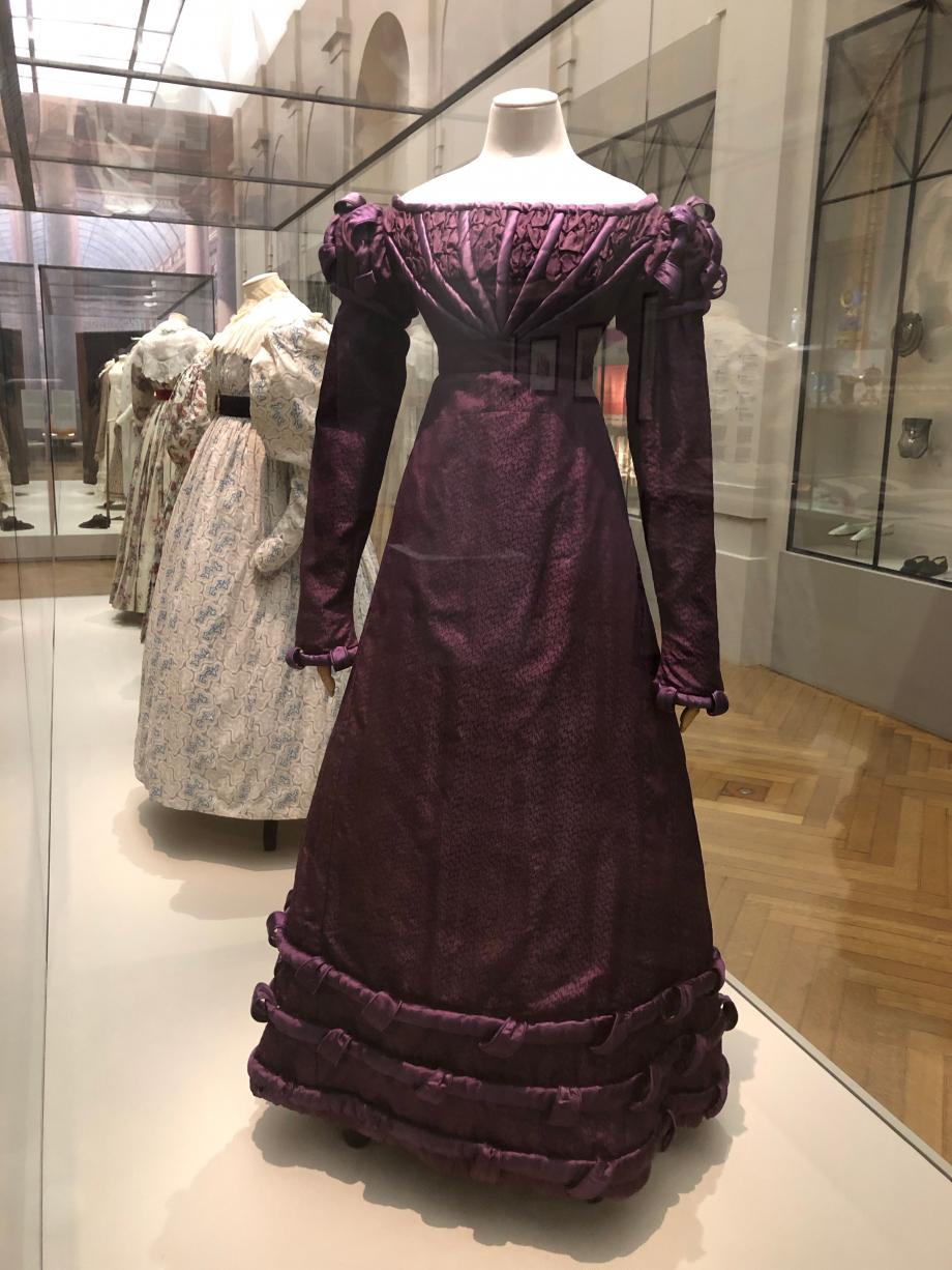 Robe habillée vers 1824 Façonné de soie violet à motifs de zigzags, satin de soie violet, toile de coton écrue  Paris, Palais Galliera, musée de la mode de Paris