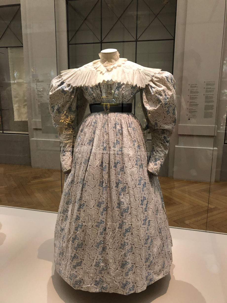 Robe d'été vers 1830-1834 Toile de coton blanche imprimée de motifs vermiculés mauves et bleus, toile de coton blanche  Paris, Palais Galliera, musée de la mode de Paris