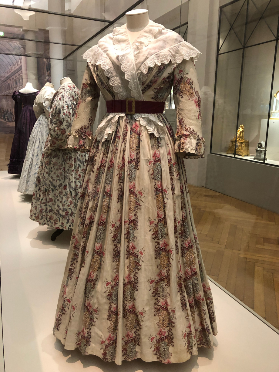 Robe d'été vers 1845 Pékin de coton rayé imprimé de motifs polychromes, toile de coton blanche  Paris, Palais Galliera, musée de la mode de Paris