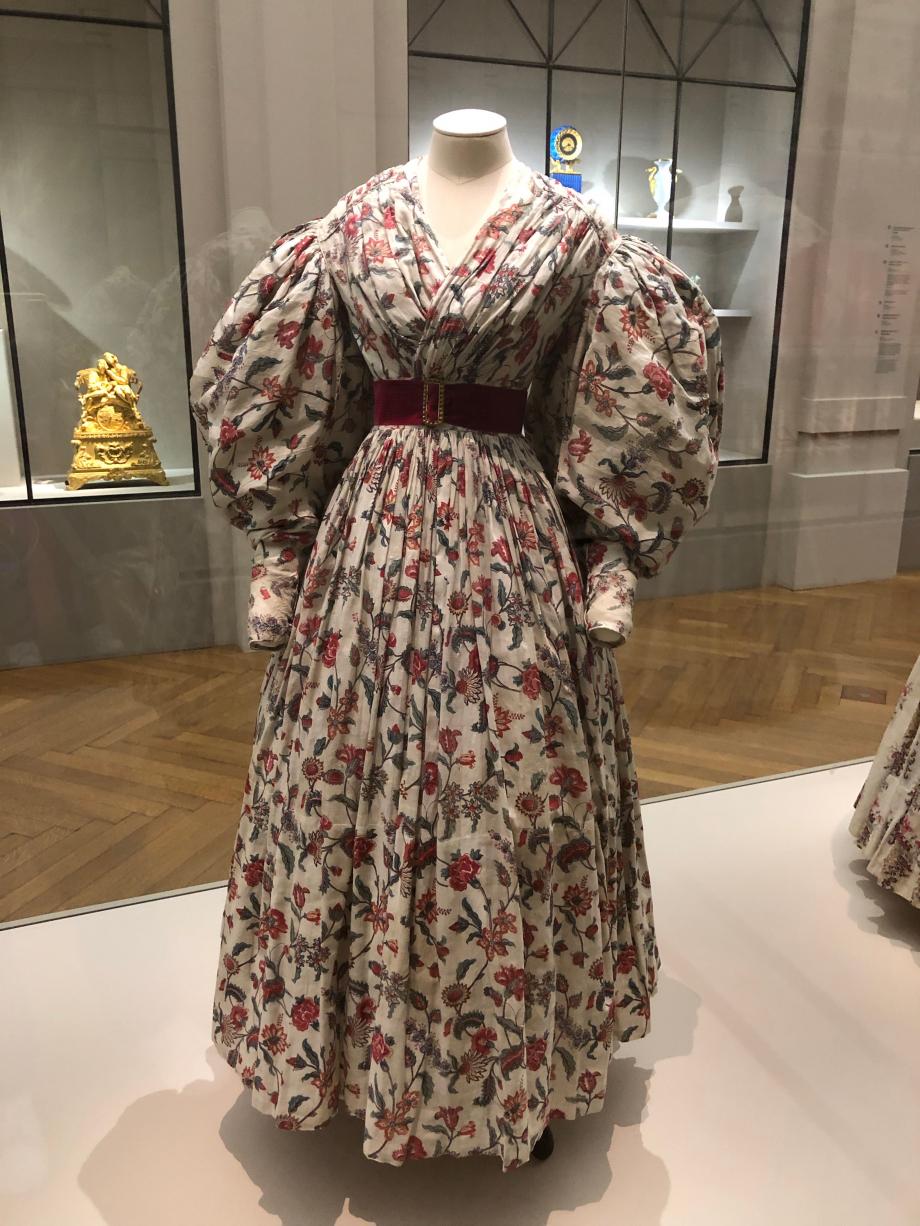 Robe d'été vers 1832 Toile de coton blanche imprimée de motifs floraux multicolores  Paris, Palais Galliera, musée de la mode de Paris