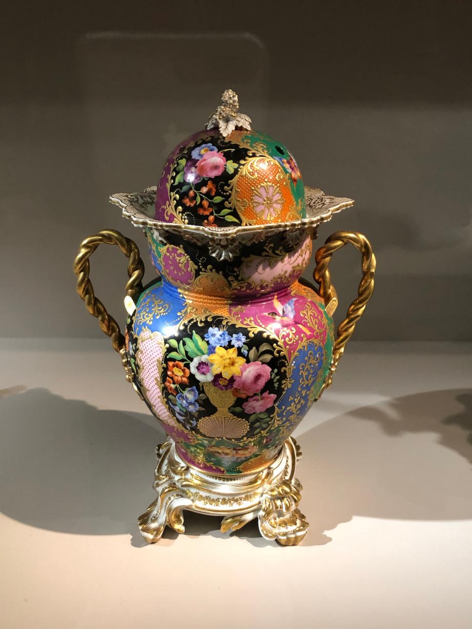 Jacob Petit Brûle-parfum en forme de vase vers 1840 Porcelaine dure  Paris, Musée des Arts Décoratifs
