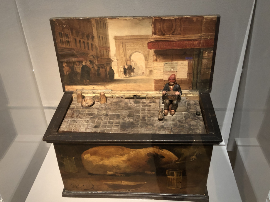 Boîte à marmotte vers 1840 Les jeunes savoyards, qui venaient dans les villes durant l'hiver pour ramoner les cheminées, complétaient leurs maigres revenus en montrant des marmottes apprivoisées qu'ils faisaient danser. Ils portaient en bandoulière une