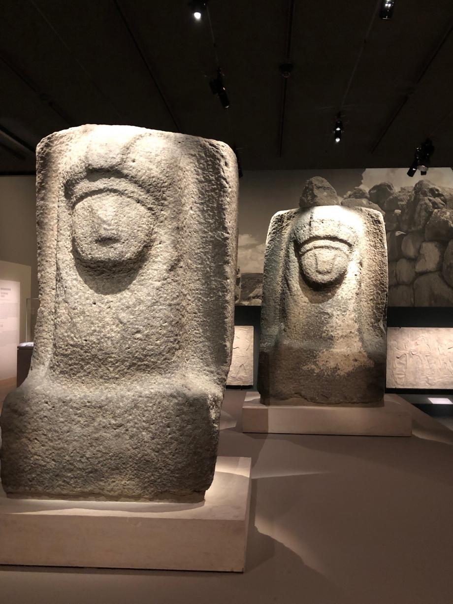 Sphinx inachevés Basalte - Zincirli (Syrie du Nord) Paris, Musée du Louvre Les sphinx étaient des animaux gardiens typiques des monuments hittites.