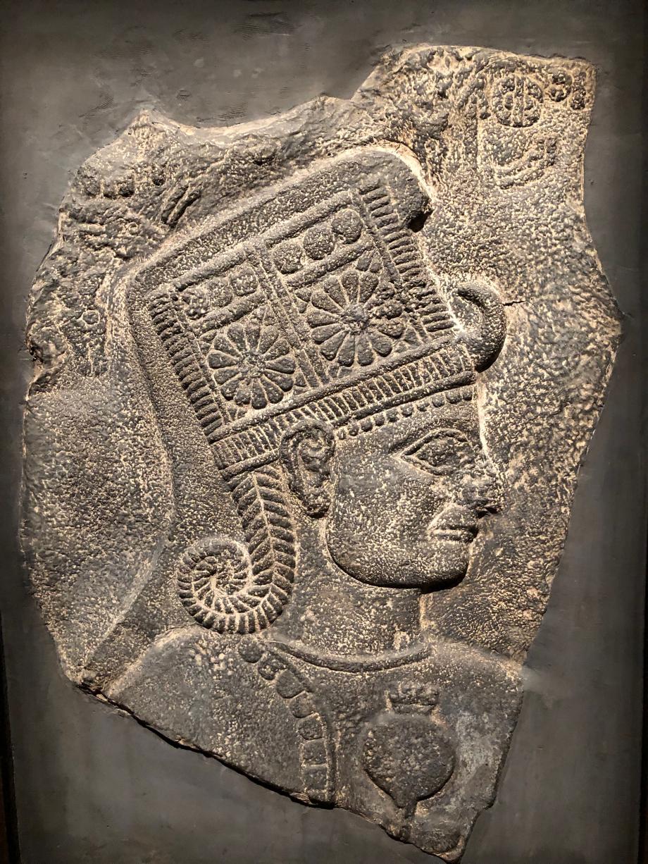 Moulage d'un orthostate : la déesse Kubaba Un orthostate ou orthostat (nom masculin) est une pierre dressée, plantée à la verticale ou sur chant. Dans l'architecture gréco-romaine, le terme désigne chacun des blocs de pierre dressés de chant, en une ou plusieurs rangées, à la base des murs.  D'après un original en basalte provenant de Karkemish (Turquie) 1000-900 av JC Londres, British Museum
