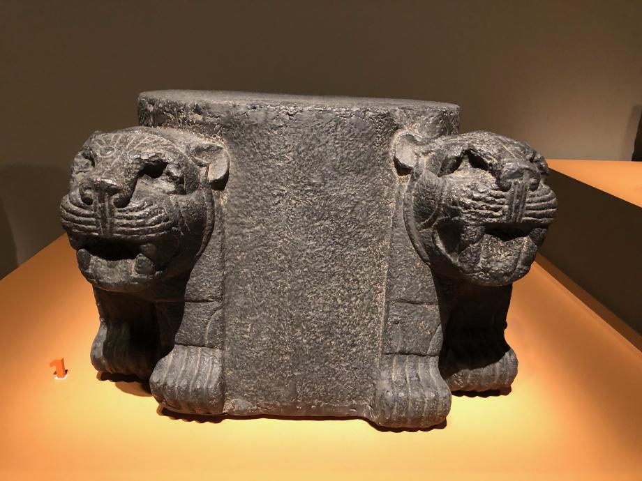 Moulage d'une base de colonne La colonne était devant l'entrée du temple de Kubaba  D'après un original en basalte provenant de Karkemish (Turquie) vers 925 av JC Londres, British Museum