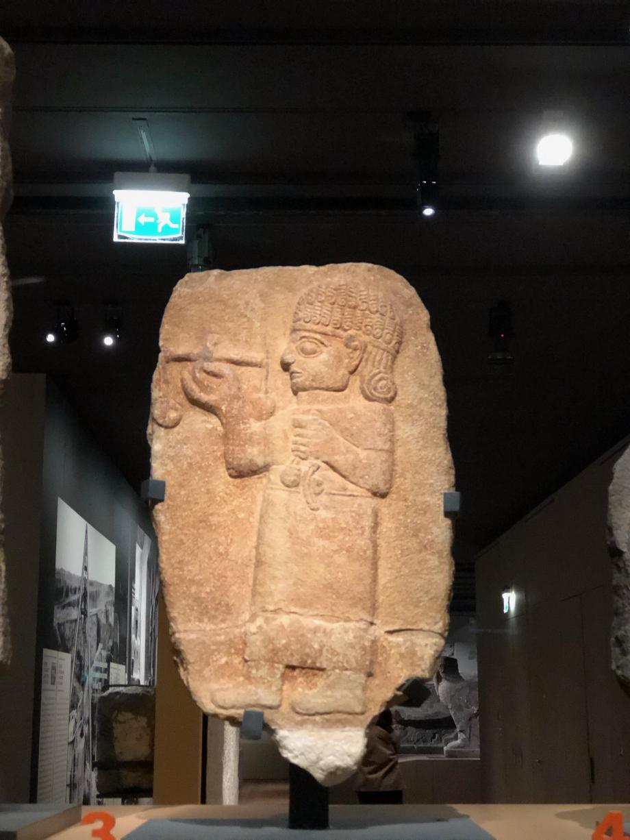 Stèle funéraire le personnage, un jeune homme ou adolescent, porte un costume et des bottes de tradition hittite. il tient une balance et des poids attachés à des cordelettes ; il appartenait vraisemblablement à la classe sociale des marchands  Région de Mars (Turquie) 900-800 av JV Paris, Musée du Louvre