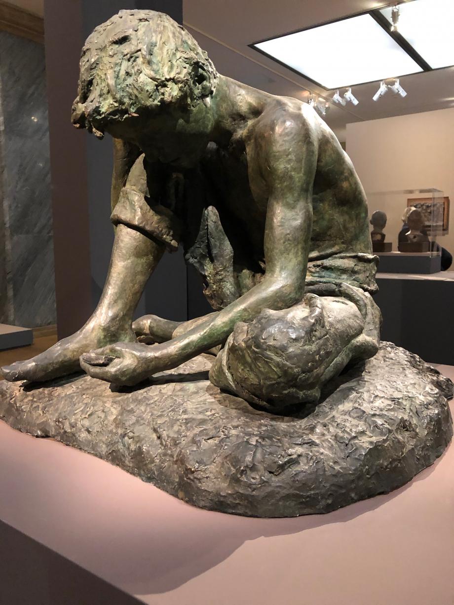 Joueurs de cartes vers 1869  Gemito commence son apprentissage de sculpteur à 9 ans puis entre à 12 ans à l'Académie des Beaux-Arts de Naples. Il a 17 ans quand il réalise cette oeuvre. C'est son premier succès en Italie, Victor Emmanuel II l'achète pour son Palais de Capodimonte qui est aujourd'hui le musée des Beaux-Arts de Naples