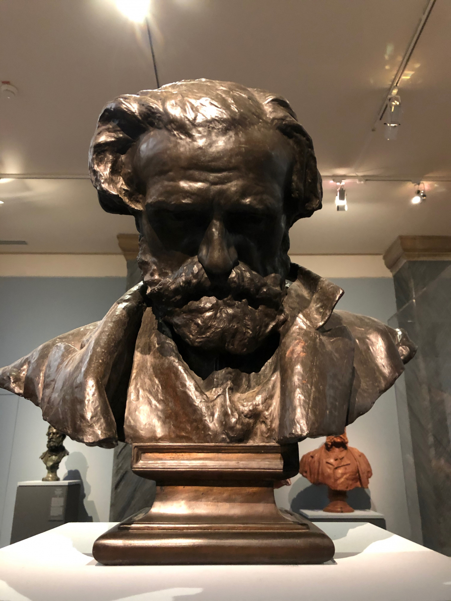 Buste de Giuseppe Verdi 1873  A l'hiver 1872/1873, Verdi séjourna à Naples pour superviser la représentation de deux de ses opéras au Théâtre de San Carlo. Le peintre Domenico Morelli le persuada alors de faire exécuter son portrait par son jeune protégé, Gemito. D'abord intimidé par l'attitude hautaine de Verdi, le sculpteur ne trouva l'inspiration que lorsque celui-ci se mit au piano. Ce buste représente le compositeur la tête inclinée comme penchée vers les touches d'un invisible clavier.