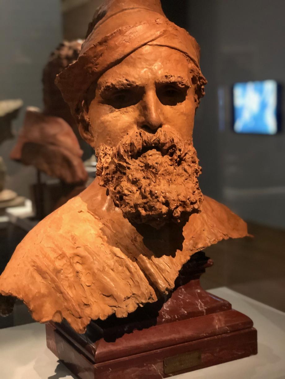 Buste de Domenico Morelli 1873  il s'agit du maître de Gemito. Il était surnommé le mage par ses élèves. Gemito représente Morelli coiffé d'un ample turban qui lui confère une attitude pleine d'autorité.
