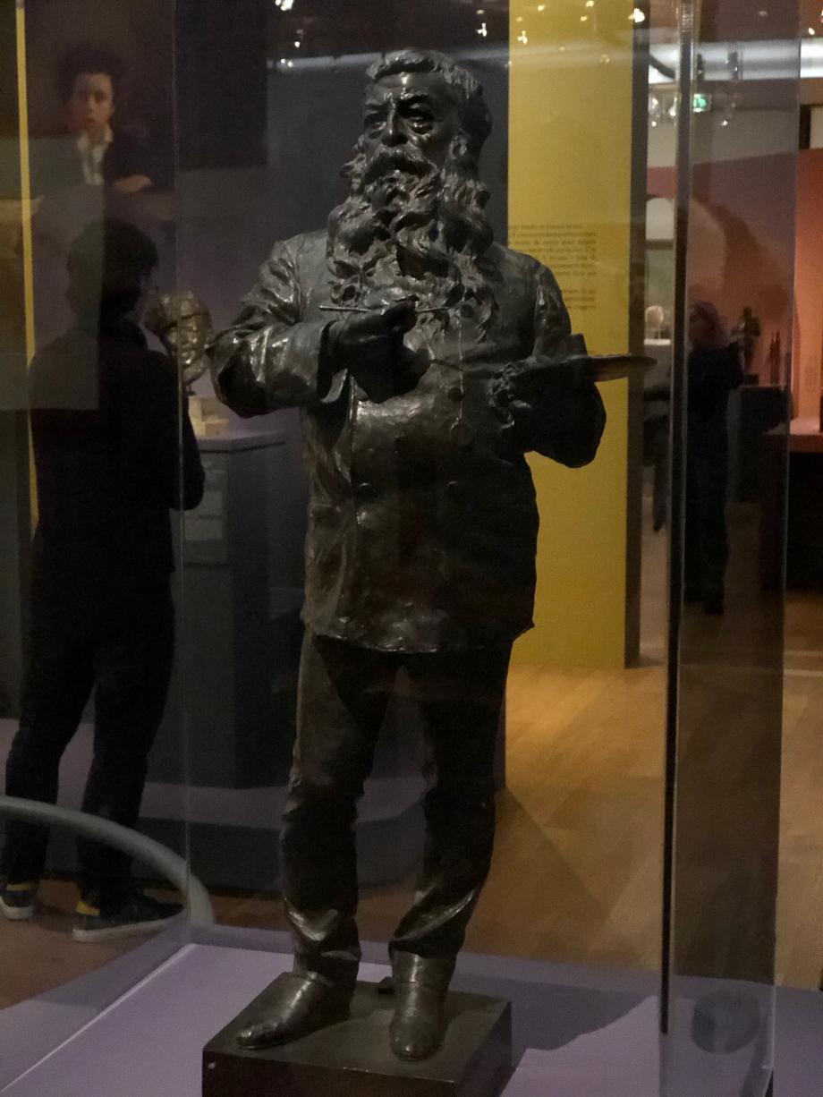 Statuette d'Ernest Meissonier 1879  Gemito a rencontré Meissonier à l'automne 1878. Il fut pour le jeune Gemito un véritable protecteur. Une amitié sincère unit les deux hommes malgré la différence d'âge de près de quarante ans. Gemito réalisa cette statuette qui représente le peintre dans son atelier, en blouse et palette à la main. En retour Meissonier exécuta un petit portrait de Gemito occupé à modeler son buste connu aujourd'hui par une copie de Moriani (voir photo suivante)
