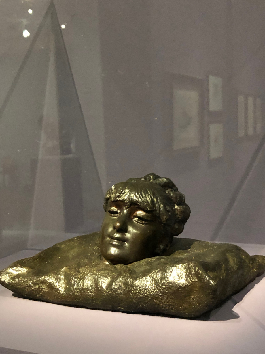 Tête de Mathilde sur un coussin 1878 1881  Mathide Duffaud est venue à Naples pour poser pour les artistes. Ce fut le grand amour du jeune Gemito. A sa mort prématurée en 1881, Gemito se réfugia à Capri et commença à montrer les premiers signes de la folie dont il fut victime une partie de sa vie.