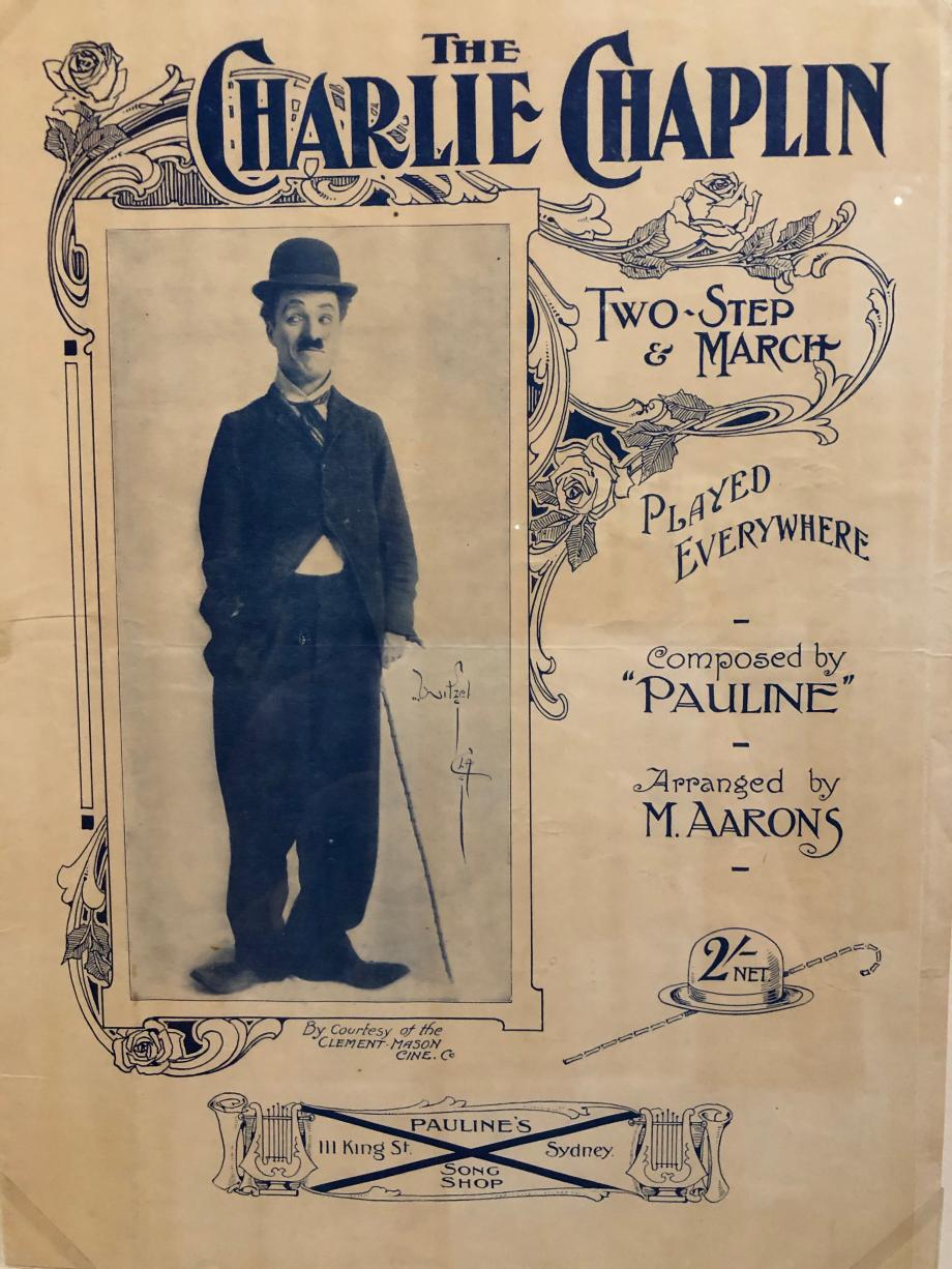 Partitions, 1915 En 1915, l'image de Charlot fait le tour du monde. Sa démarche devient la source d'inspiration pour des musiques de fox-trot et de one-step. Des partitions à son effigie circulent et certaines chansons évoquent directement le vagabond dans leur titre comme dans leurs paroles