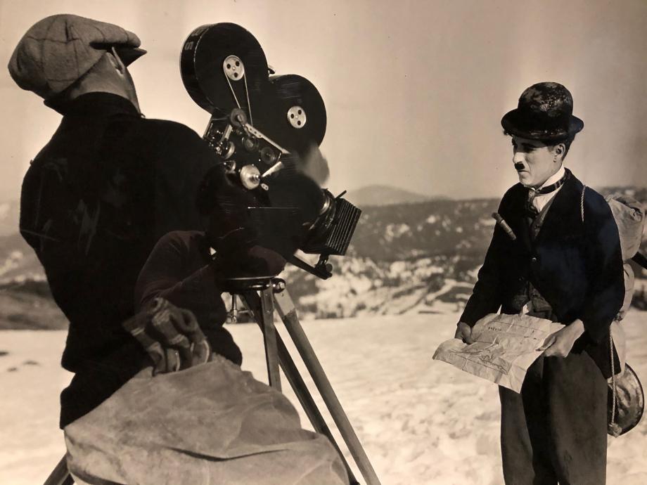 Chaplin avec son cameraman Rollie Totheroh lors du tournage en décor naturel de la Ruée vers l'Or à Truckee (Californie) en mars 1924
