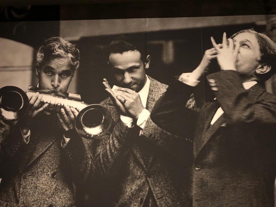 à la première du film Le Cirque en 1928 Chaplin joue d'un harmonica avec amplificateur de sons