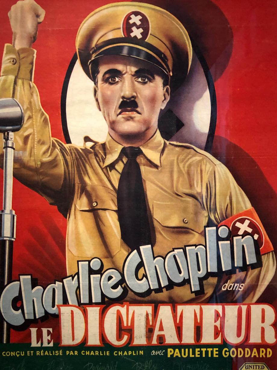 L'affiche belge du Dictateur, 1945  En Europe, le film ne sort qu'après la fin de la guerre ; l'accueil est mitigé. Après plus de quatre ans de guerre et la découverte des camps de concentration, l'extraordinaire clairvoyance de Chaplin en 1940 semble en deçà de la réalité.