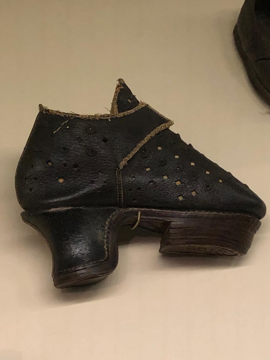 chaussure pour fillette vers 1600  Italie cuir chagriné, ouvragé, perforé, textile et bois Romans, musée international de la Chaussure