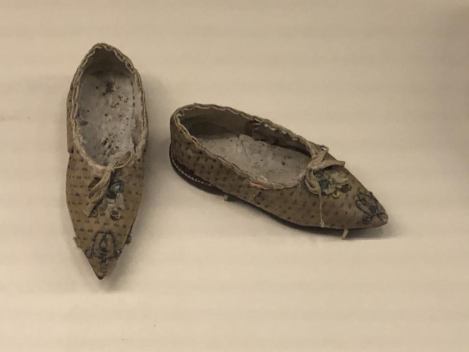 Paire de chaussures pour fillette - 1774/1792 France Cuir et textile, fils métalliques, paillettes Paris, Palais Galliera, musée de la Mode de la Ville de Paris