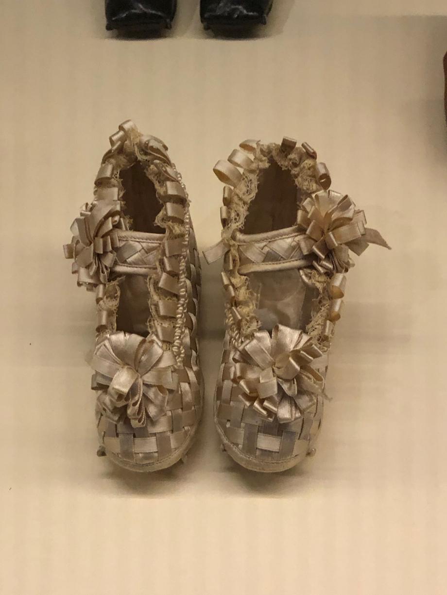 Paire de chaussons pour bébé - Fin du XIXème siècle Ruban de satin de soie tressé et dentelle Paris, Musée des Arts Décoratifs