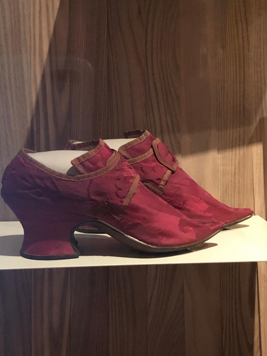 Paire de chaussures pur femme, vers 1700 Angleterre Cuir et damas de soie Londres, Victoria and Albert Museum  Au XVIIIè siècle, les paysans et les travailleurs se chaussaient de lourds sabots de bois alors que les privilégies des villes, des hôtels particuliers et de la cour se chaussaient de jolis souliers taillés dans des soieries ou du cuir fin faits plus pour l'élégance que pour la marche