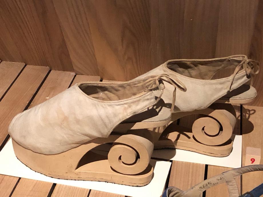 Pierre Dunand Paire de sandales pour femme - 1944 France Bois ajouré, peint et toile de coton Paris, Musée des Arts Décoratifs