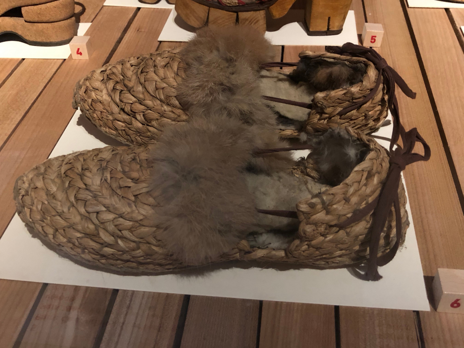 Paire de chaussures pour femme - 1940-1945 France Paille tressée et fourrure de lapin Paris, Musée des Arts Décoratifs