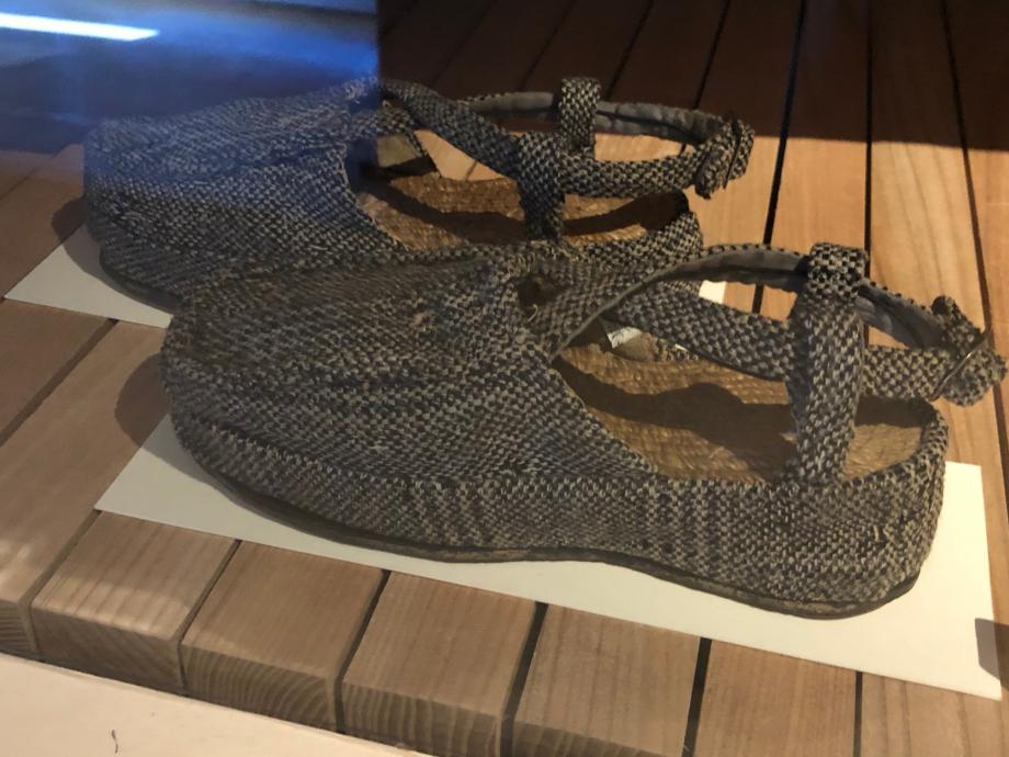 Paire de chaussures pour femme - Années 1940 France Tweed de laine, toile de coton, toile de lin, semelle cloutée en caoutchouc et boucle de métal blanc Paris, Musée des Arts Décoratifs