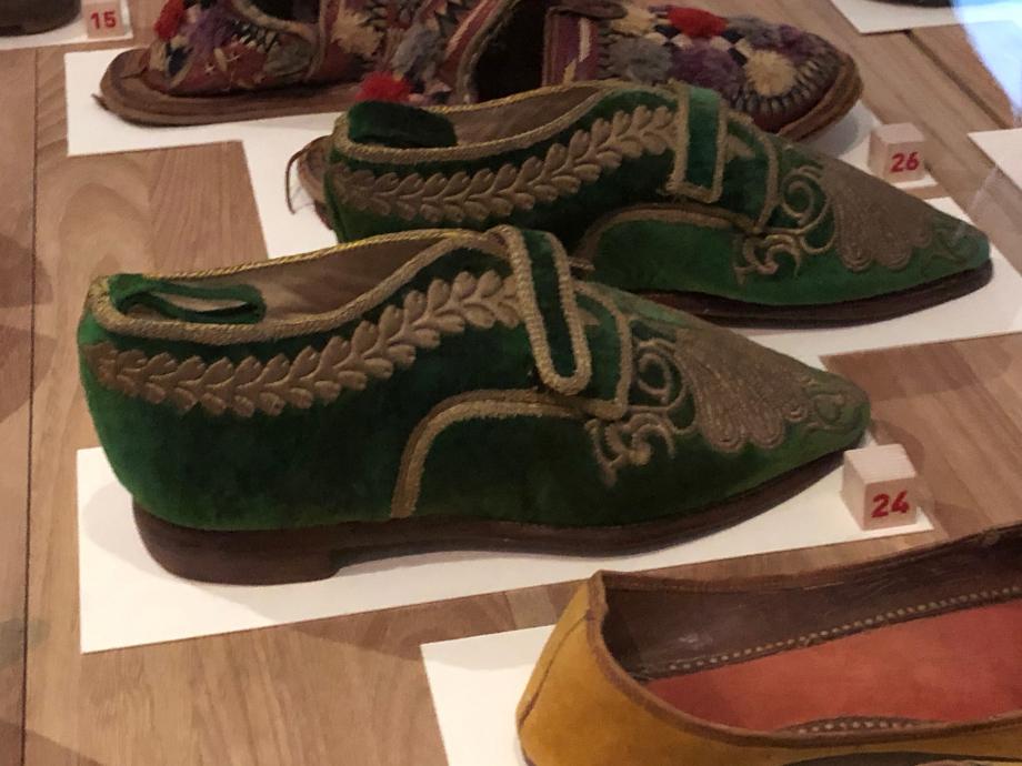 Paire de chaussures pour femme XIXè siècle début du XXè siècle Fès, Maroc Cuir et velours de soie brodé de fils métalliques Paris, Musée du Quai Branly Jacques Chirac