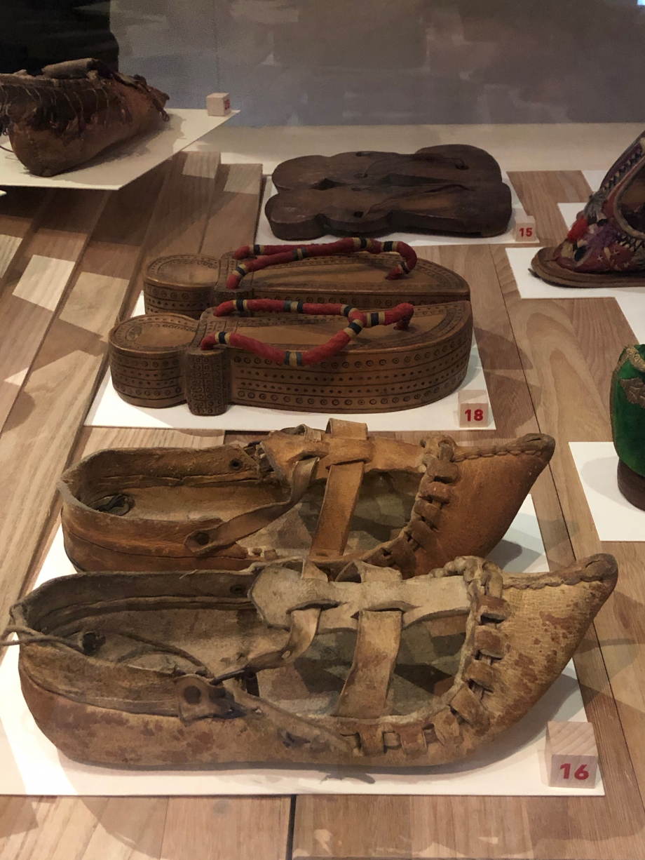 Paire de chaussures de paysan, début du XXè siècle Bursa, Turquie Peau de buffle Paris, Musée du Quai Branly Jacques cHIRAC