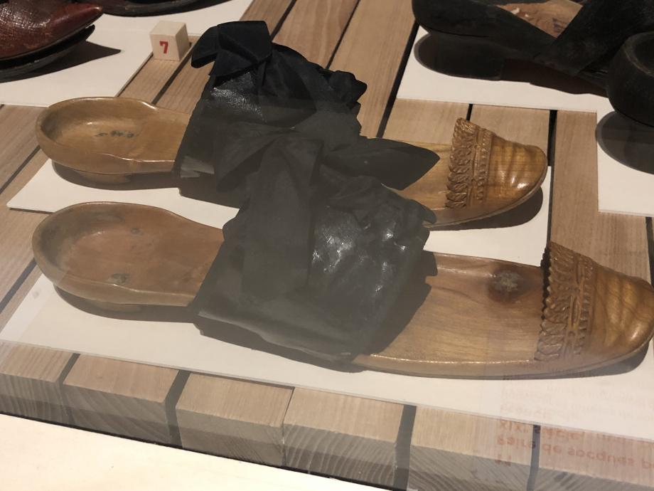 Paire de socques pour femme d'Arles XIXè siècle - France Bois, cuir et taffetas de soie Grasse, Musée provençal du costume et du bijou