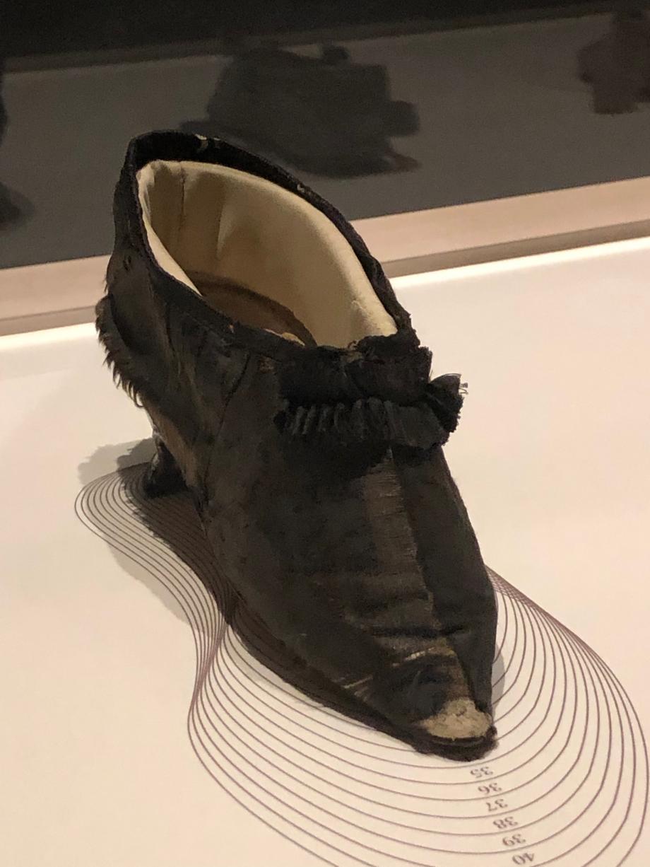 Chaussure de Marie-Antoinette 1792 France Cuir et gros de Tours de soie Paris, Musée des Arts Décoratifs