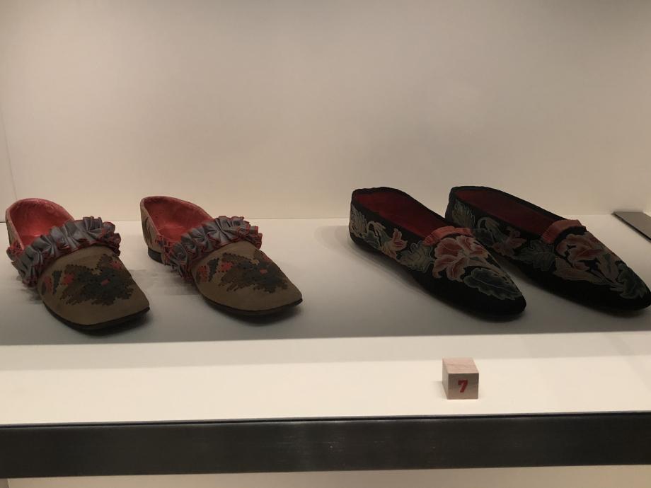 Paires de pantoufles pour femme vers 1860 France