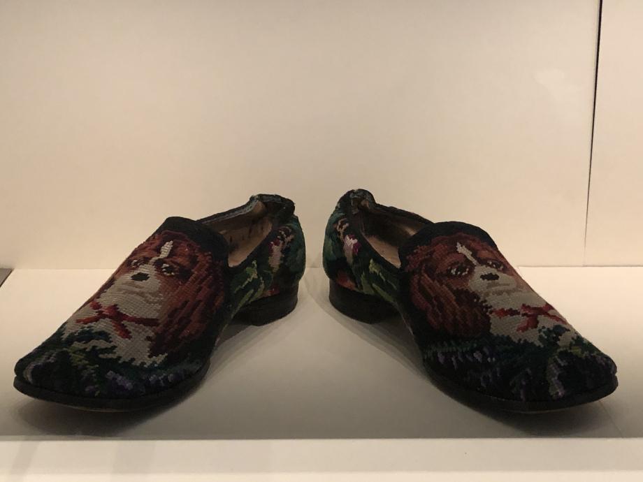 Paire de pantoufles pour homme, 1880 France Cuir et tapisserie à l'aiguille de coton au point de Berlin Paris, Musée des Arts Décoratifs