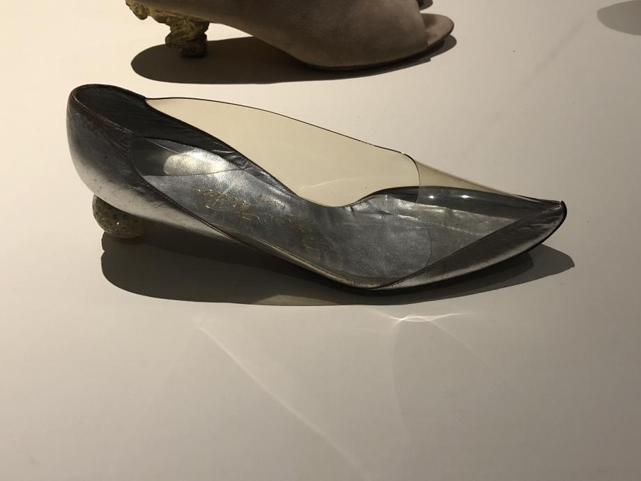 Roger Vivier Escarpin créé pour Marlène Dietrich, 1967 Paris Cuir, plastique et strass Paris, Musée des Arts Décoratifs