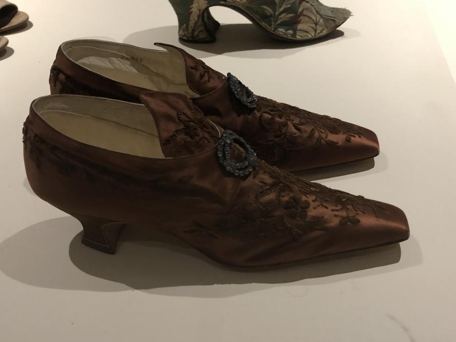 Paire de chaussures pour femme 1900 - 1910 Paris Cuir, satin de soie brodé de chenille et perles Paris, Musée des Arts Décoratifs