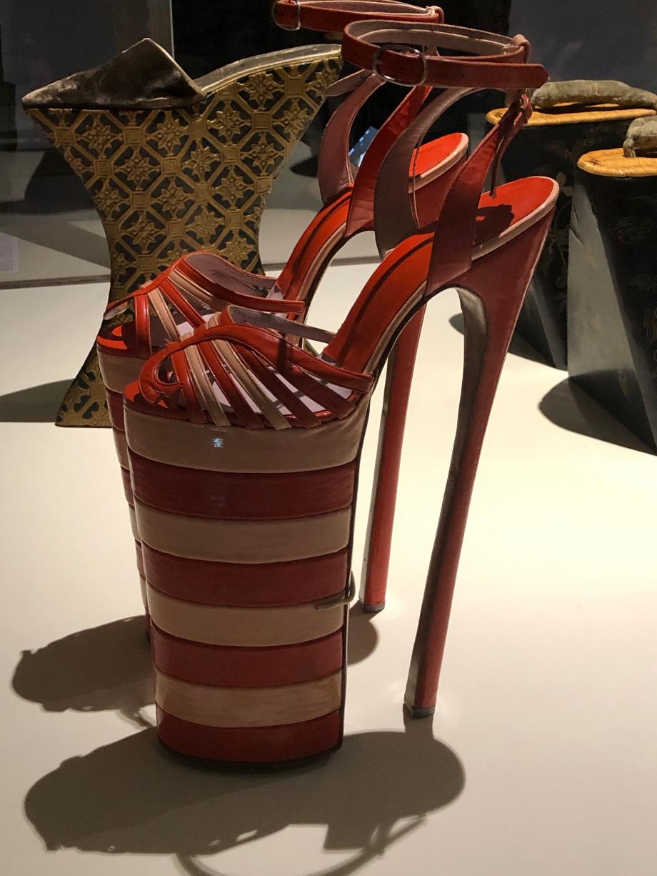Paire de sandales pour femme, annés 1980 Angleterre Cuir Northampton, Northampton Museum and Art Gallery
