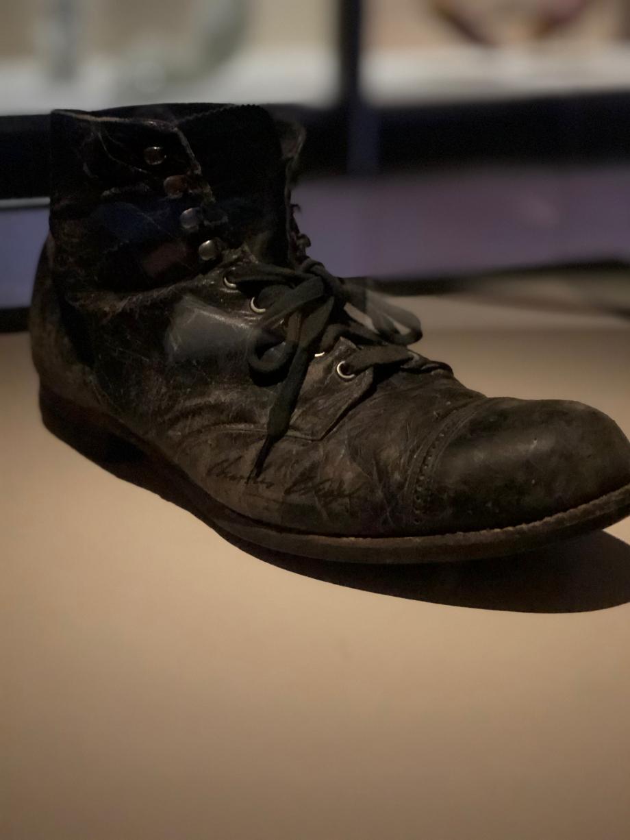 Chaussure portée par Charlie Chaplin pour son rôle de Charlot 1ère moitié du XXè siècle Etats-Unis Cuir Corsier sur Vevey, Chaplin's World