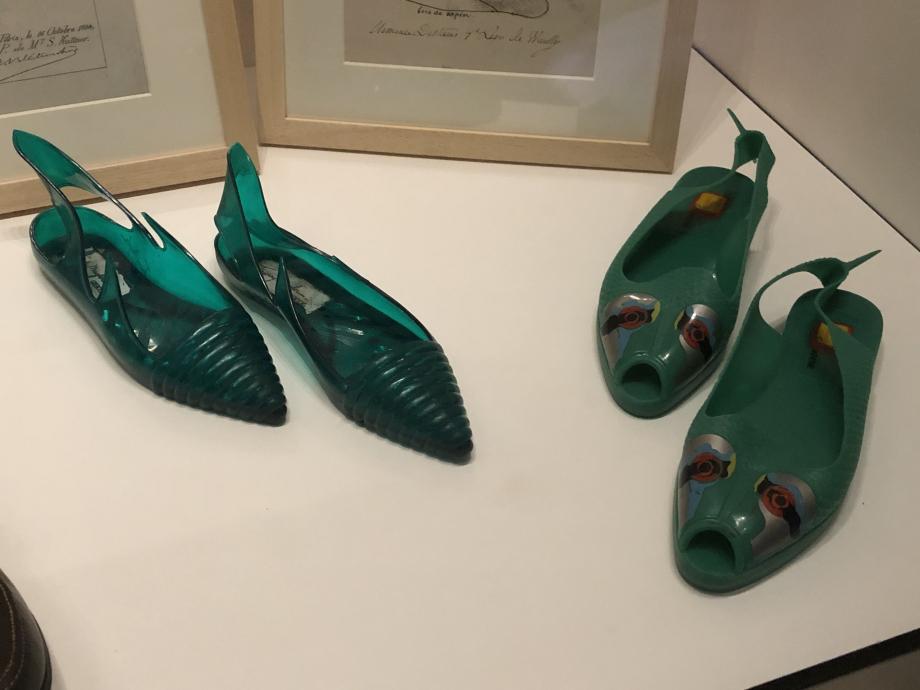 A gauche : Thierry Mugler, paire de chaussures pour femme modèle Méduse, 1983 Paris Plastique teinté Paris, Musée des Arts Décoratifs  A droite : Elisabeth de Senneville Paire de chaussures pour femme, vers 1985-1986 France Matières plastiques Paris, Musée des Arts Décoratifs