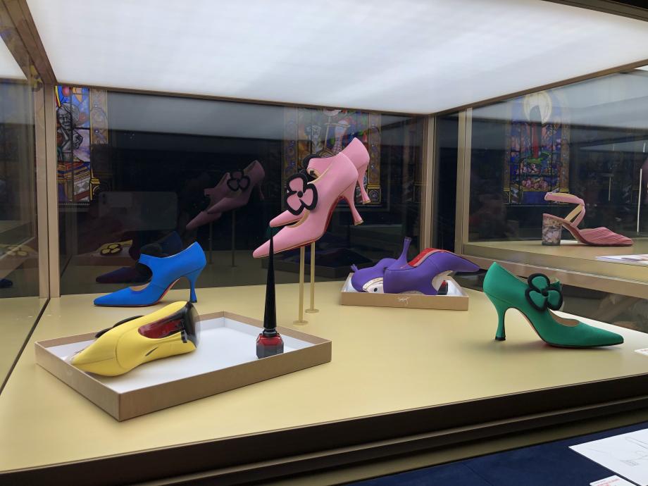 Dans cette salle, on peut voir les premiers souliers dessinés par Louboutin, réalisés par lui même avec les moyens du bord