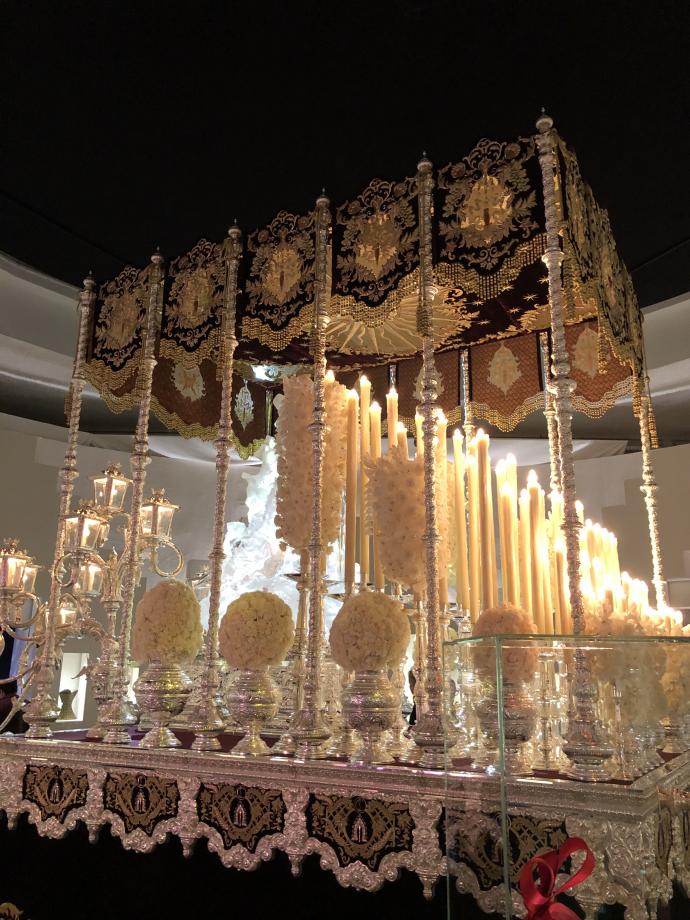 Ce palanquin a été conçu par Louboutin. C'est un palanquin d'argent fabriqué par l'Orfebreria Villareal de Séville et est décoré de riches broderies réalisées en Inde dans les ateliers du couturier Sabyasachi Mukherjee à Calcuta. Le soulier en cristal de synthèse a été réalisé à Paris par Stéphane Gérard, sculpteur. C'est le soulier magique des contes de fées comme Cendrillon.