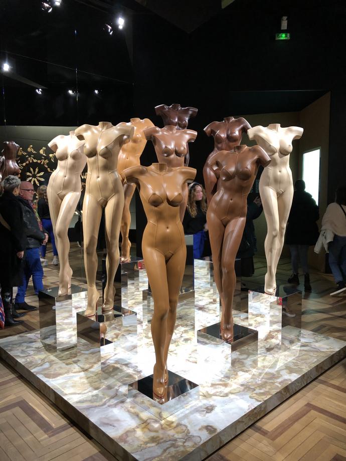 Crée en 2009, la série des Nudes est considéré dans l'histoire de la mode comme un acte créatif pionnier. Louboutin a imaginé un soulier de couleur chair. Les Nudes comptent aujourd'hui 8 nuances de carnations différentes. Les sculptures de cuir sensuelles moulées à partir d'un corps féminin ont été créées pour l'exposition par les artists Whitaker & Malem ; depuis 1995 ils se sont spécialisés dans cette technique de sculpture.